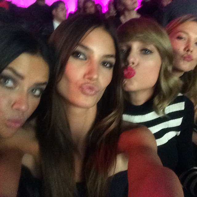 Kisses @adrianalima @taylorswift @karliekloss #VsFashionShow