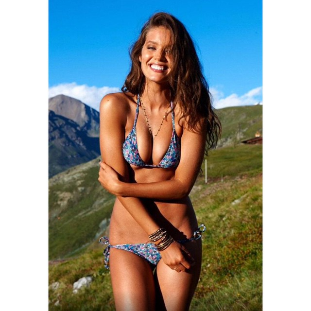 Smiling even thought it's cold as F here in NYC. Outtake from @si_swimsuit where I am also freezing my bum off but in a bikini with my favs @yutsai88 hair by @jrugg8 makeup by @allanface @mj_day @ja_neyney