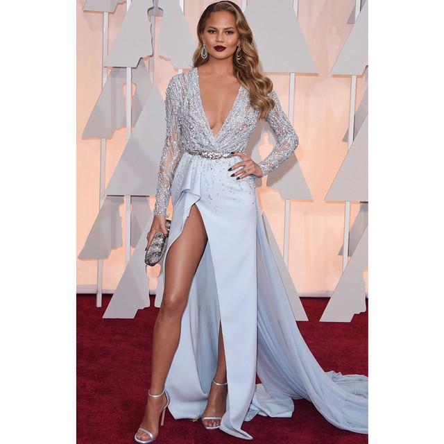 Wow! @chrissyteigen shows a whole lotta leg at the Oscars!