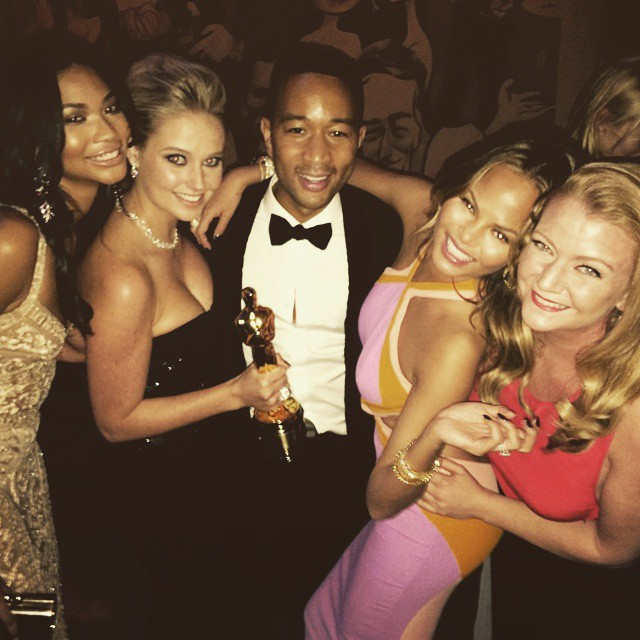 Congratulations @johnlegend us girls adore you! @chrissyteigen @chaneliman @lisamariebenson #vanityfair #oscars #johnlegend
