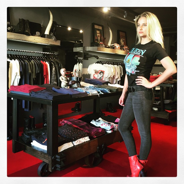 Shopping @kellycoleusa wearing vintage t with kellycole black 250 wash jeans and black on black belt #kellycole #vintage #queen