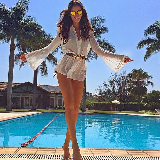 Happy Sunday!! It's still the weekend!! Domingo feliz!! E o final de semana ainda continua... winkraising_handskin-tone-2sunnypalm_tree @rodrigocosta Amigo querido estou amando a coleção toda #spektrebyrodrigocosta !! Minha escolha de hoje sunglasses #inlove !! #weekend #sundayfunday #quintadabaroneza #poolside #ootd