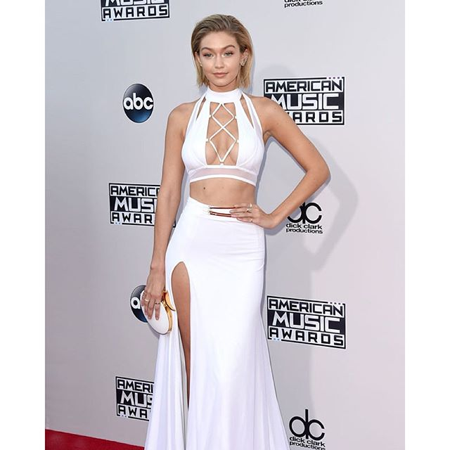 Gigi Hadid sports a new 'do on the #AMAs red carpet! (Jason Merritt/Getty Images)