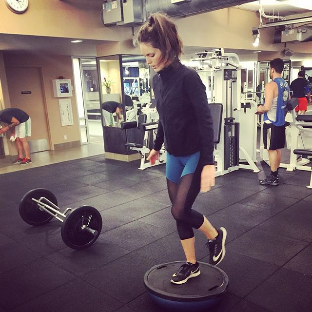 Single leg deadlifts on the bosu ball. Ouch! Love these @heroinesport pants! @equinox