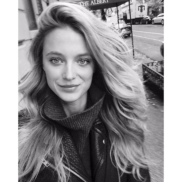 GOODMORNING NYC !! #serenavanderwoodsenhair Thank you @annastasiakonidaris for the hair wanding lesson