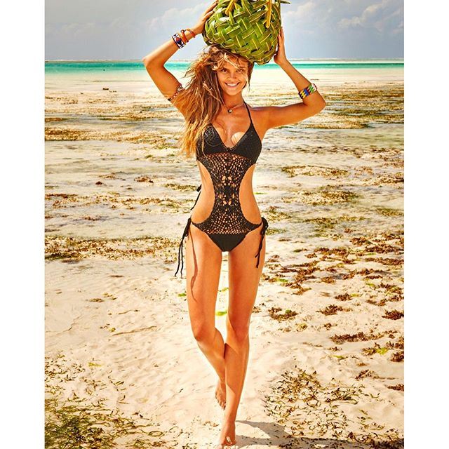 Perfect smile... Perfect body... Just perfect @ninaagdal @si_swimsuit in beautiful #Zanzibar with @mj_day @darciebaum makeup @joannegair hair @peterbutlerhair @tenfourafrica #ScottHall #RobertKent @sarahlaird_goodco #SportsIllustratedSwimsuit #SportsIllustrated heart#Tanzania
