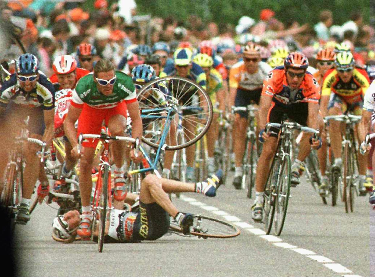 Due to the high speeds, the density of riders and the borderline-recklessness that's a prerequisite for all sprinters, bunch sprints are recipes for crashes, such as this one at Stage 4 of the '96 Tour. While the great Mario Cipollini (no helmet) stayed upright – less lucky were Mauro Bettin, Laurent Brochard and Jan Svorada – he was beaten to the line by France's Cyril Saugrain.