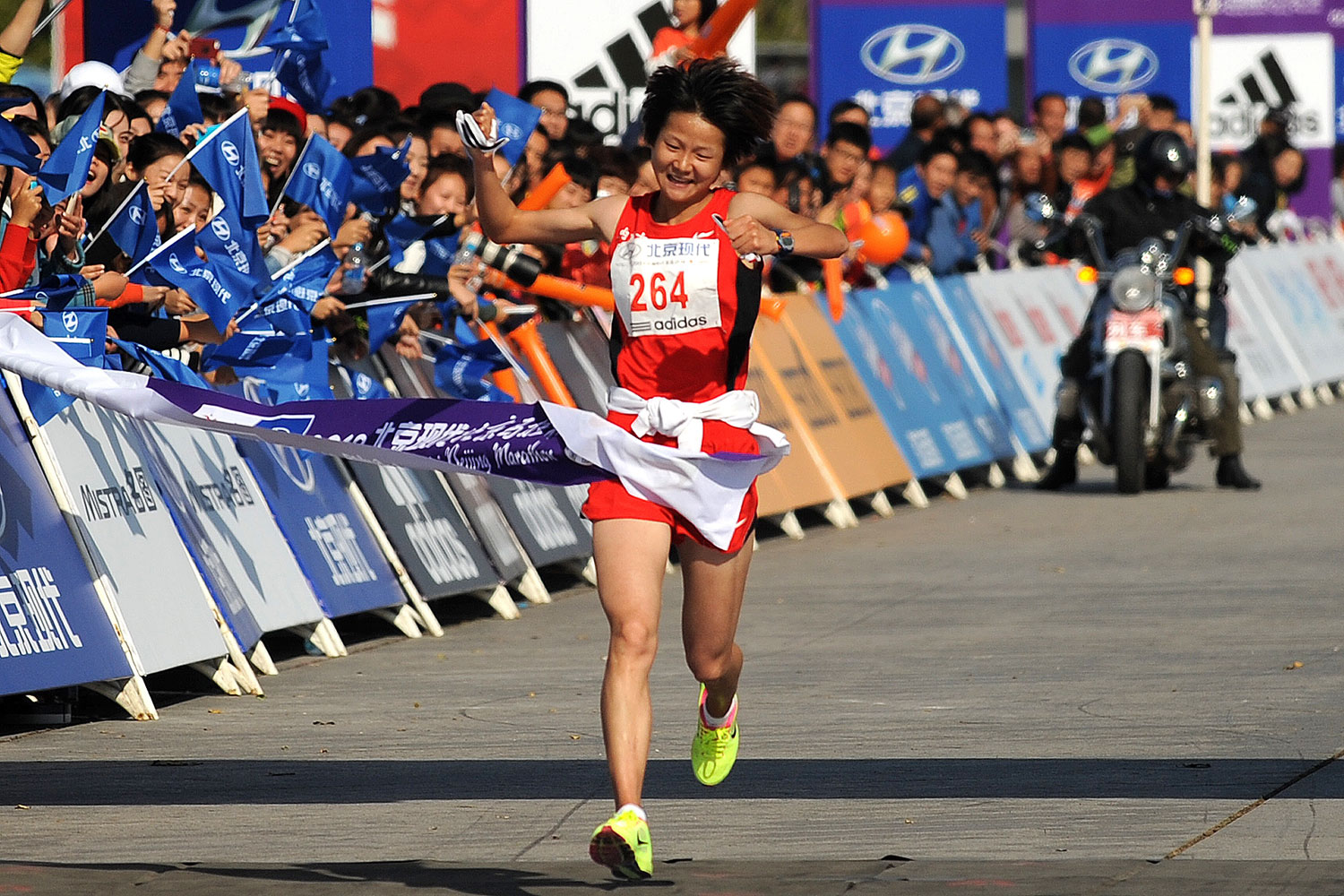 Zhang Yingying crosses the finish line to win the women's race at the Beijing Marathon.