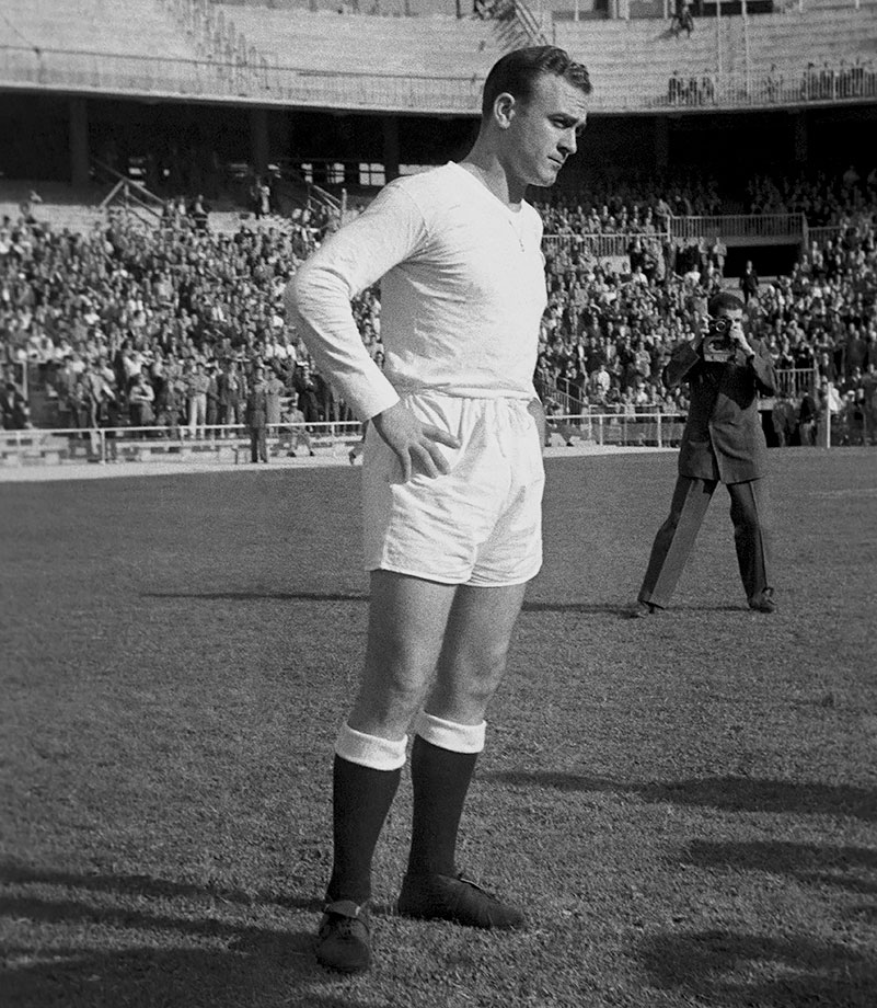 Alfredo Di Stefano scores four times in a 5-0 Real Madrid win over Barcelona.