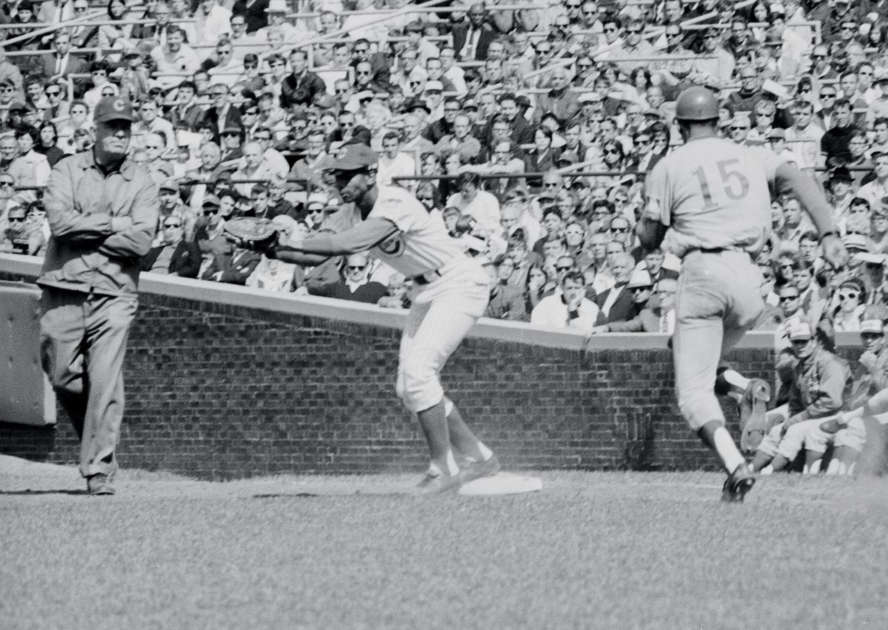 Ernie Banks catches a throw to first for an out on Manny Mota.