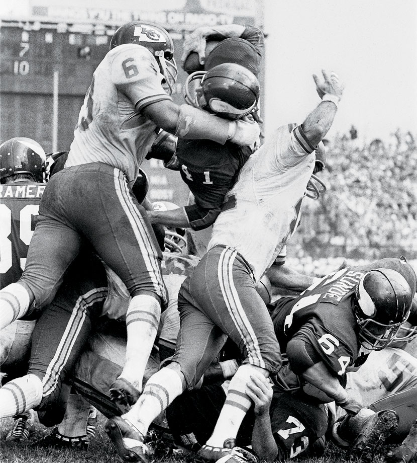Eight months after Super Bowl IV, Dave Osborn and the Vikings avenged their loss to Willie Lanier (63) and the Chiefs.