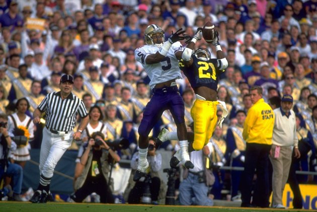 Michigan Desmond Howard (21) making catch vs. Washington Dana Hall (5).