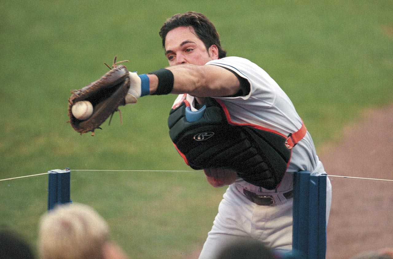 Mike Piazza makes a catch in foul territory for an out against the Cardinals in Game 3 of the 2000 NLCS.