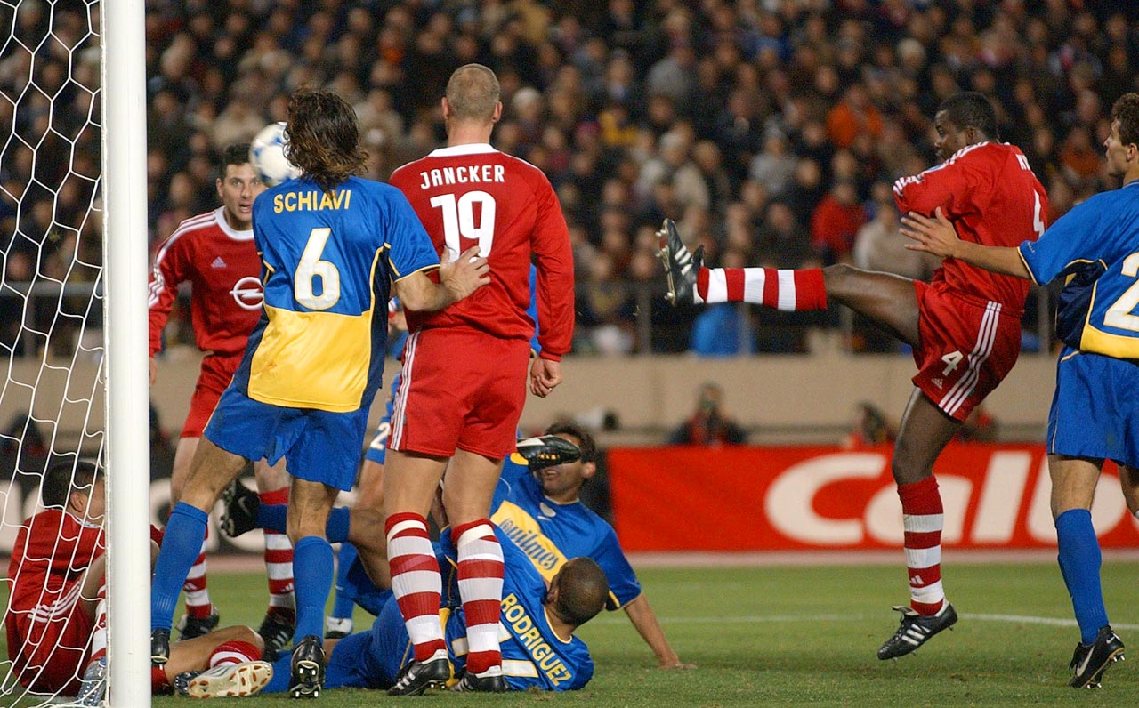 Bayern wins the Intercontinental Cup in extra time against Boca Juniors, thanks to a goal from Samuel Kuffour.