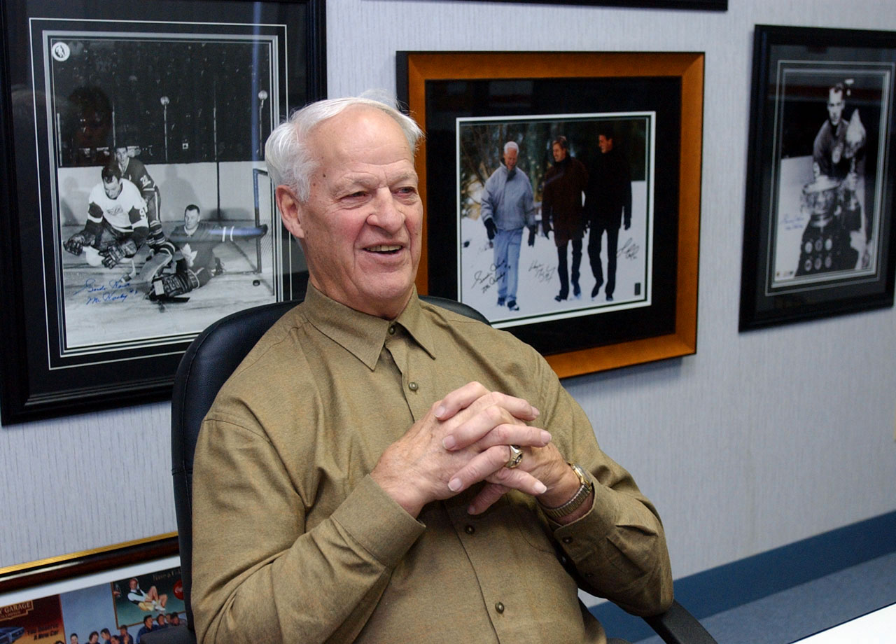 Gordie Howe relaxes during an autograph session in Deerborn, Mich.