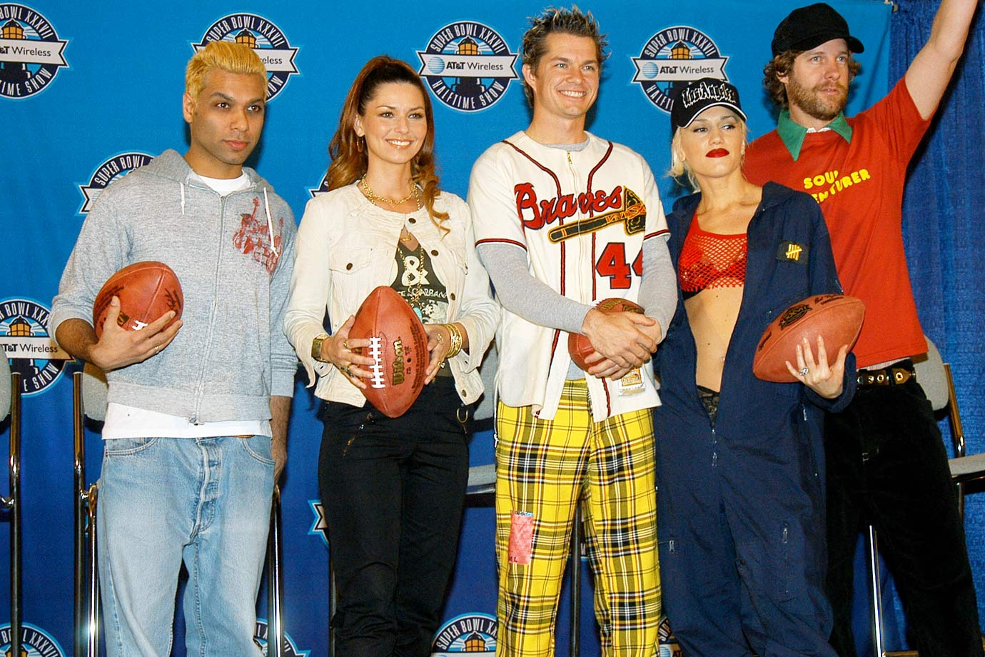 Shania Twain poses with No Doubt to promote the Super Bowl XXXVII Halftime Show on Jan. 23, 2003 in San Diego.