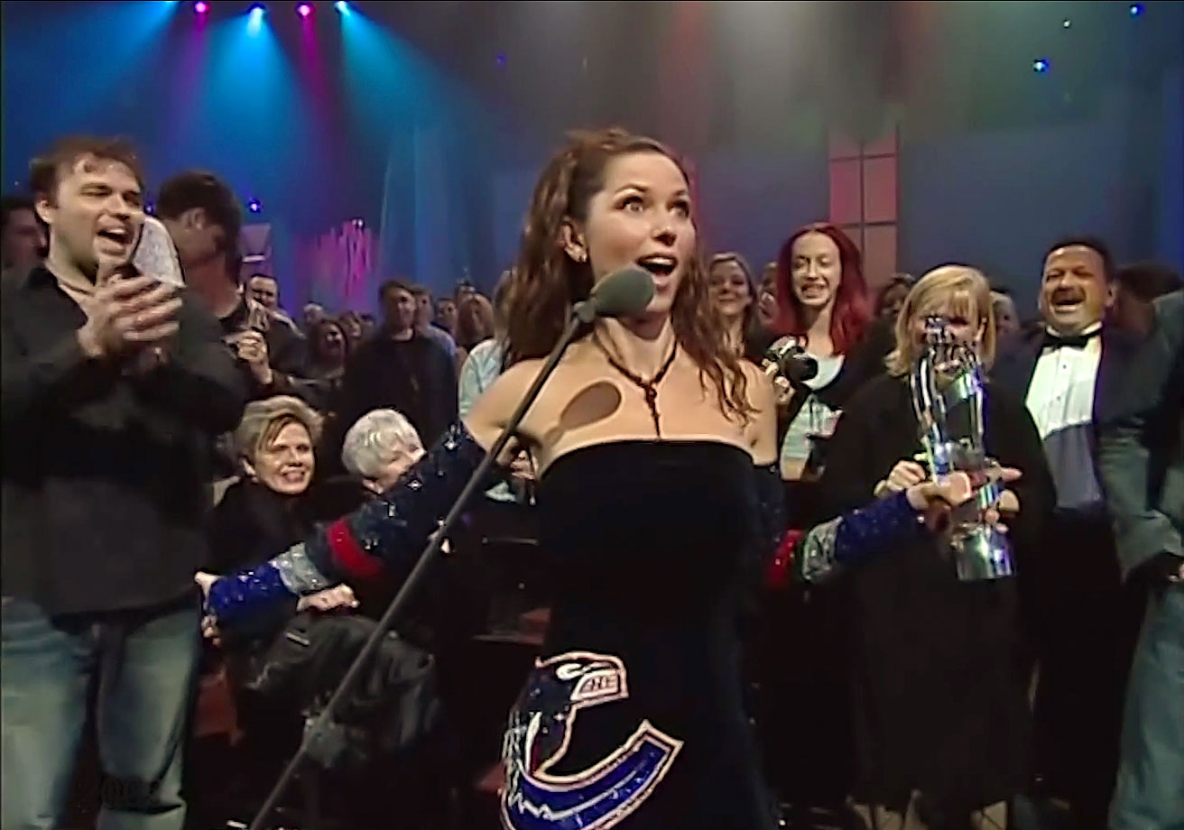 Shania Twain wears a Vancouver Canucks-themed dress while hosting the Juno Awards on April 6, 2003 in Ottawa.