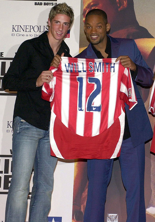 Will Smith receives a custom Atletico Madrid soccer jersey from the team's striker Fernando Torres.