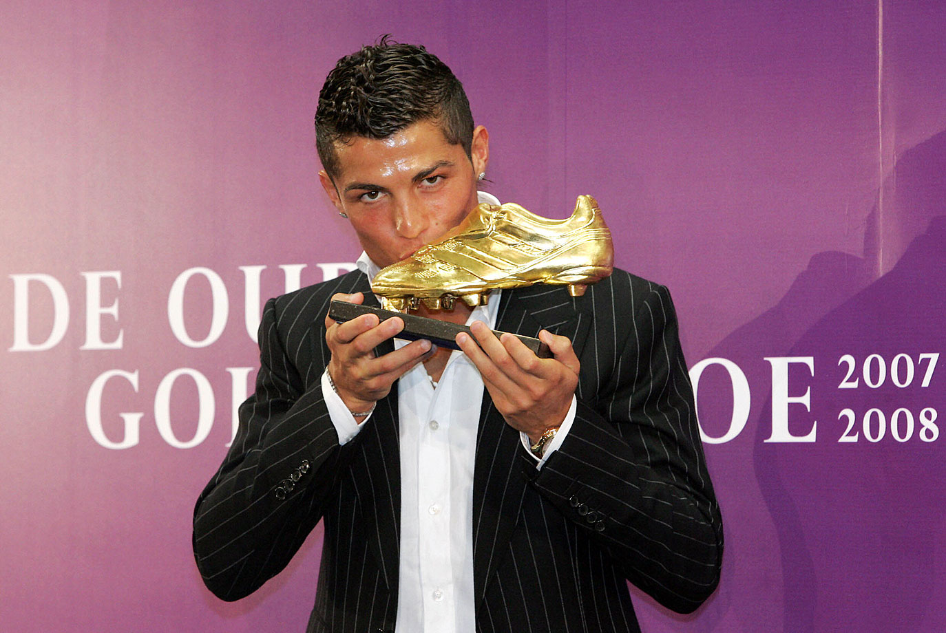 "Cristiano Ronaldo kisses his ""Golden Shoe 2008"" award, presented to Europe's best goal scorer."