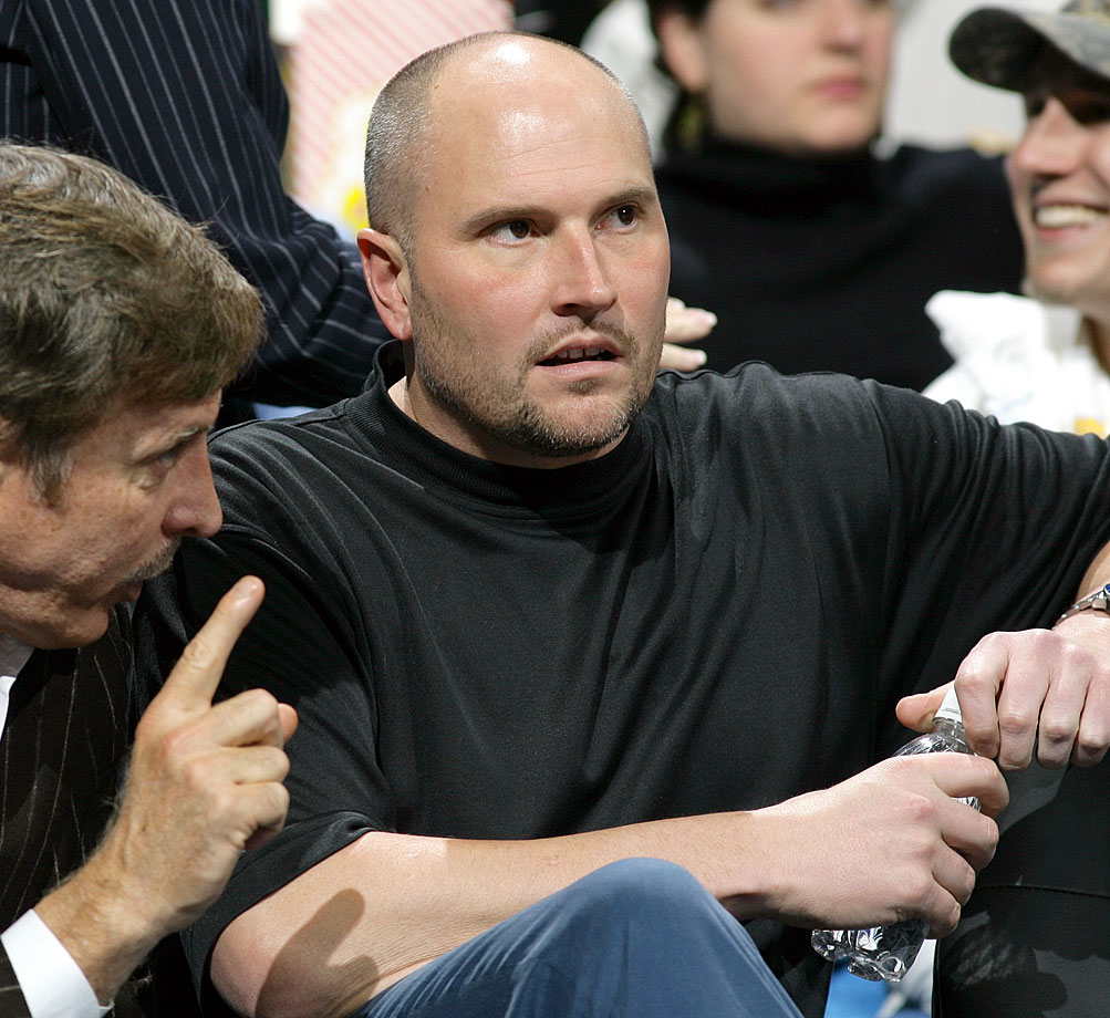 Former Suns guard Rex Chapman, who made $22 million during his NBA career, was arrested for allegedly shoplifting $14,000 worth of merchandise from an Apple store in Arizona.