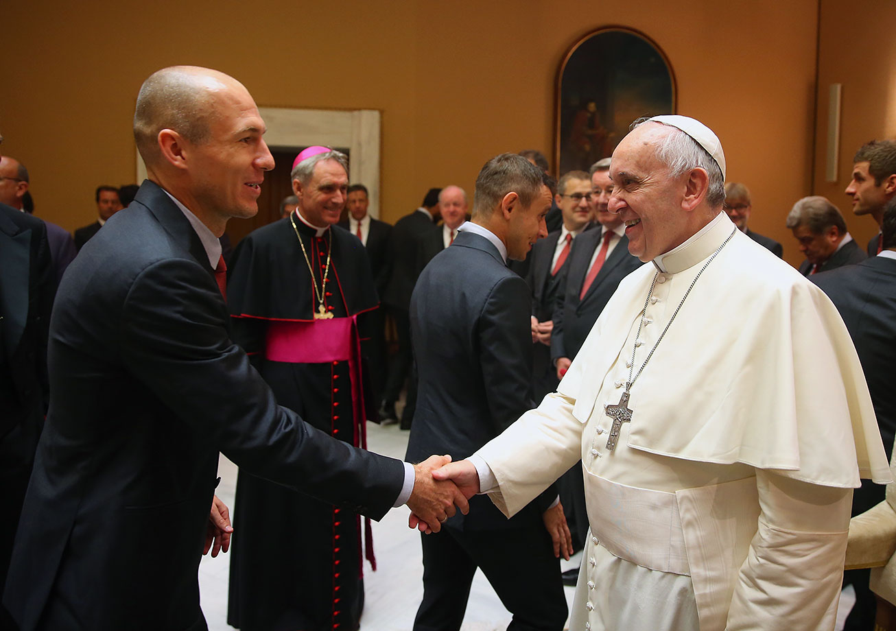 Pope Francis shakes hands with Arjen Robben of FC Bayern Muenchen during a private audience at The Vatican October 22, 2014 in Vatican City.