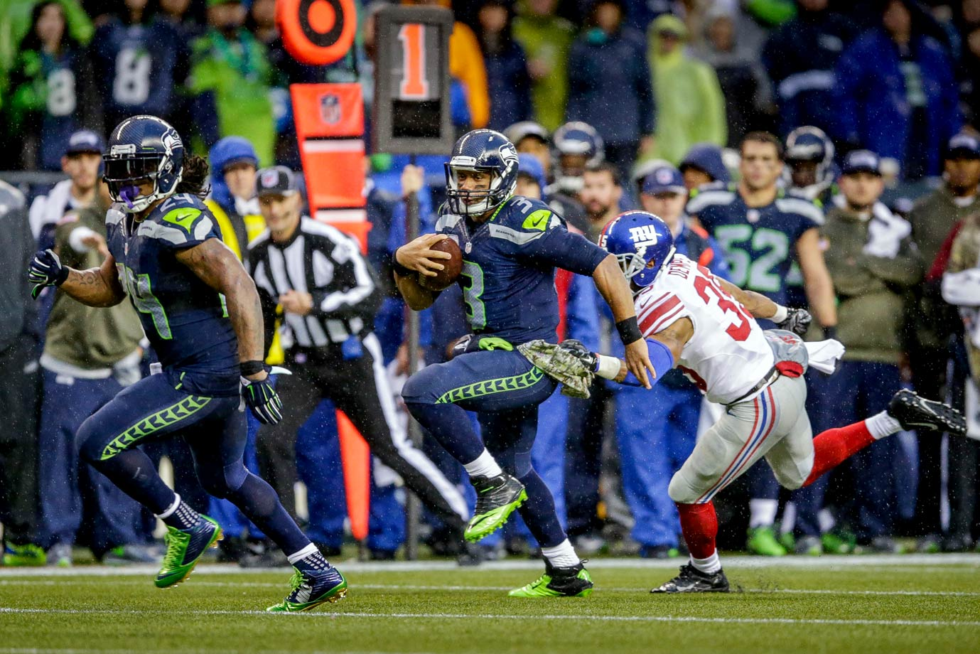 Seattle won its third straight with a dominant rushing performance against the New York Giants. Lynch ran for 140 yards and four touchdowns, and Russell Wilson added 107 yards and a score of his own en route to a 38-17 victory.
