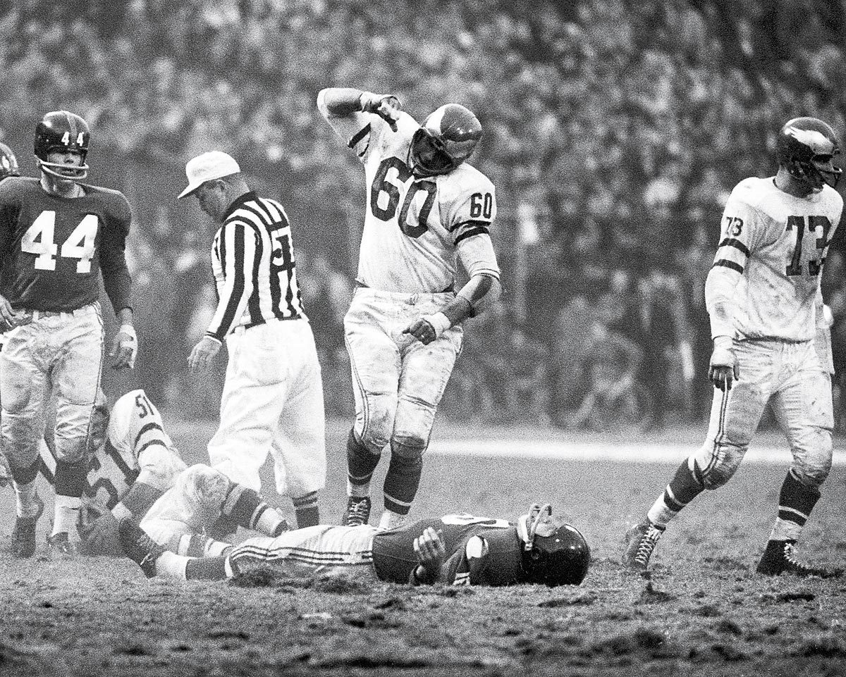 greatest sports photos of all time com eagles at giants nov 20 1960 philadelphia eagles linebacker chuck bednarik celebrates