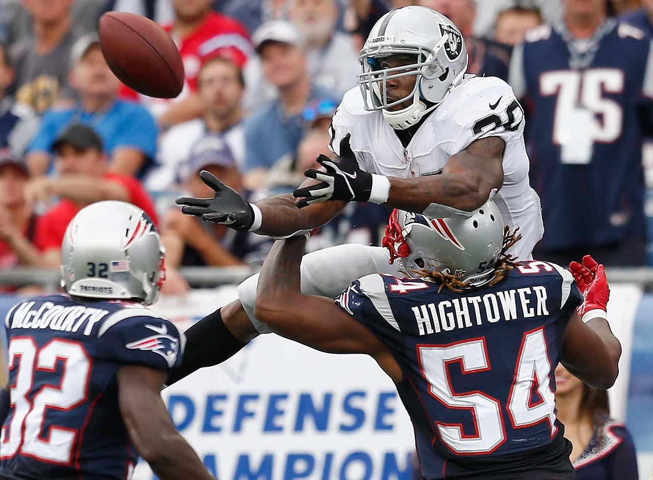 Patriots linebacker Dont'a Hightower breaks up a pass intended for Darren McFadden of the Raiders.