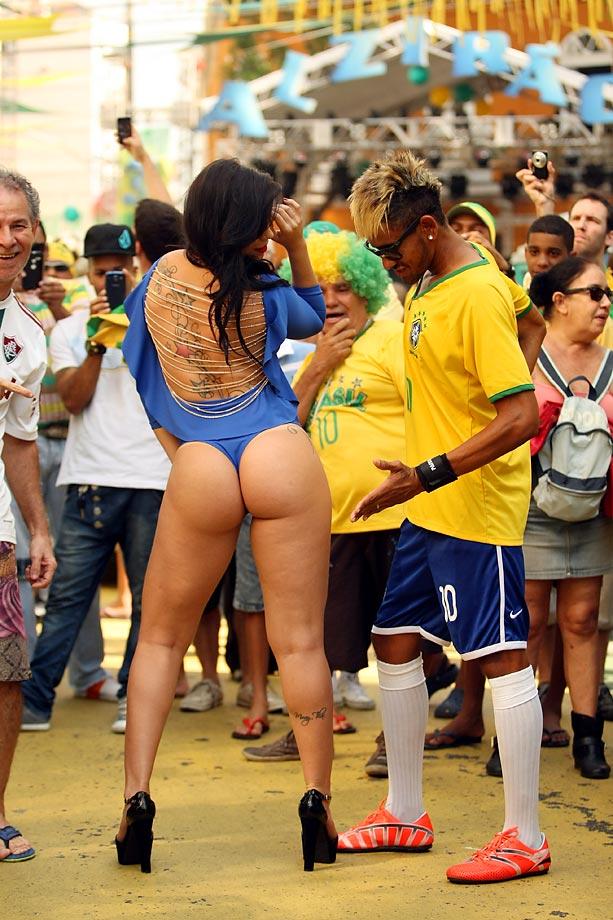 """Here's a photo from Brazil we can all get behind: As the included caption goes, """"Bianca Le o posa sensual no Alziro, recebe elogios dos torcedores e se derrete para o Ìdolo: 'Fred È muito charmoso.'"""" In other words, """"Momentos antes do jogo contra o MÈxico, o assunto no Alzir, o, n, o era Neymar, e muito menos Hulk. Foi a modelo Bianca Le o, de 24 anos, que atraiu todos os olhares, inclusive do sÛsia do camisa 10. Musa do Brasileir o em, ela deixou o local com a autoestima em dia: 'Ouvi muitos elogios, e nada desrespeitoso.'"""" Indeed."""