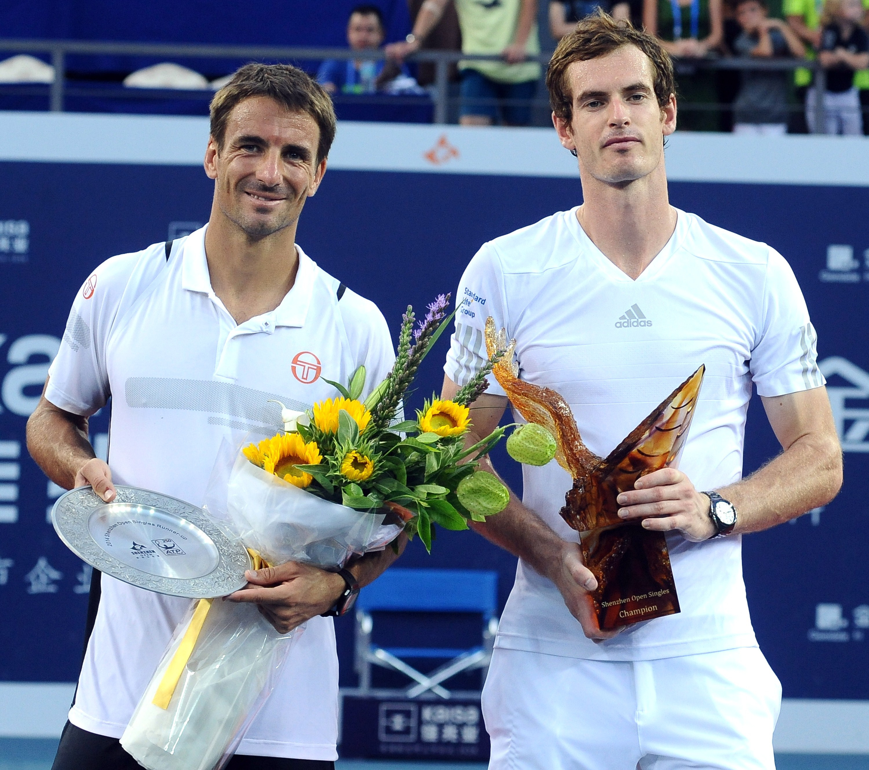 Andy Murray defeated Tommy Robredo to end a 15-month title draught.