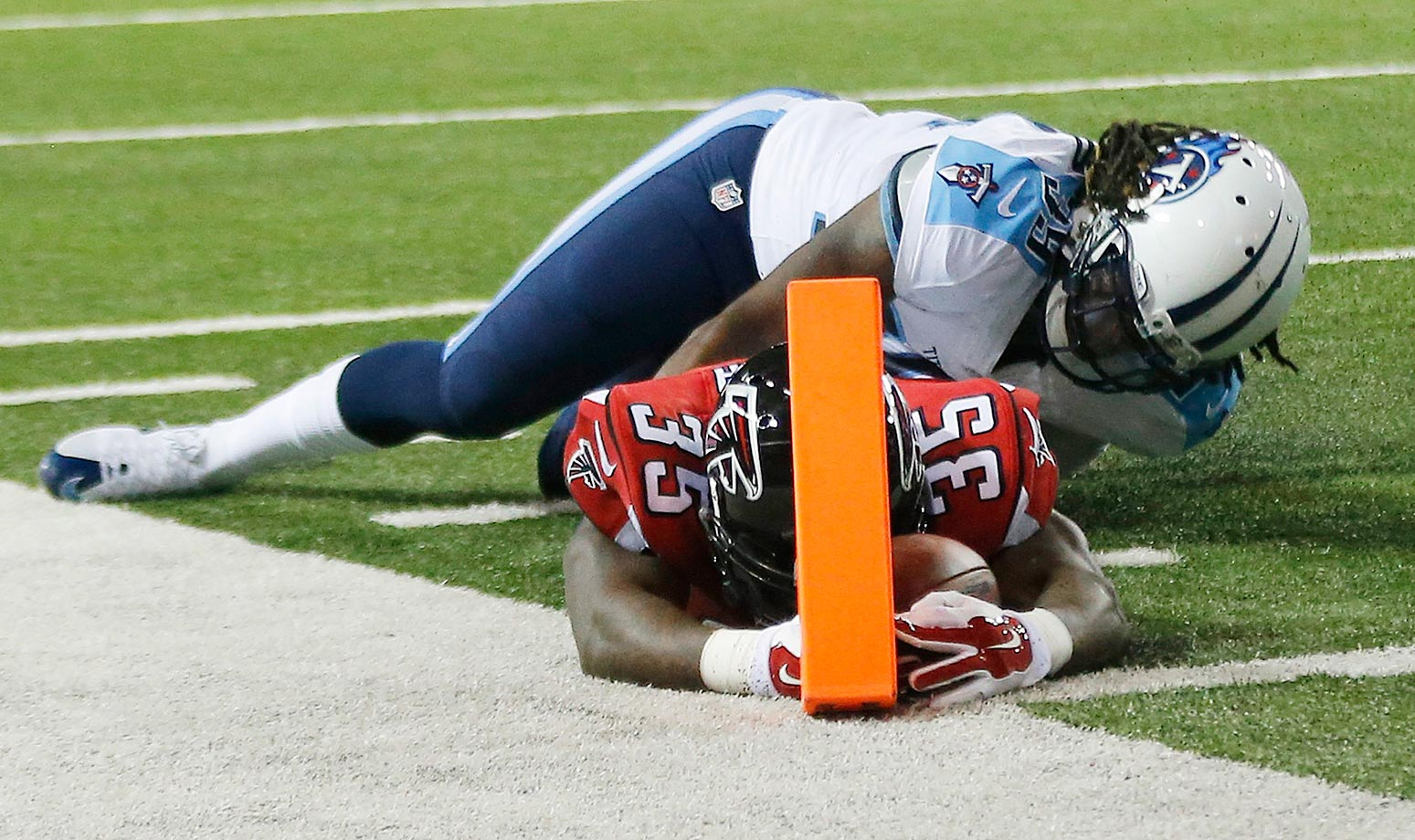 Antone Smith scores a touchdown for the Atlanta Falcons against Tennessee Titans strong safety Daimion Stafford.