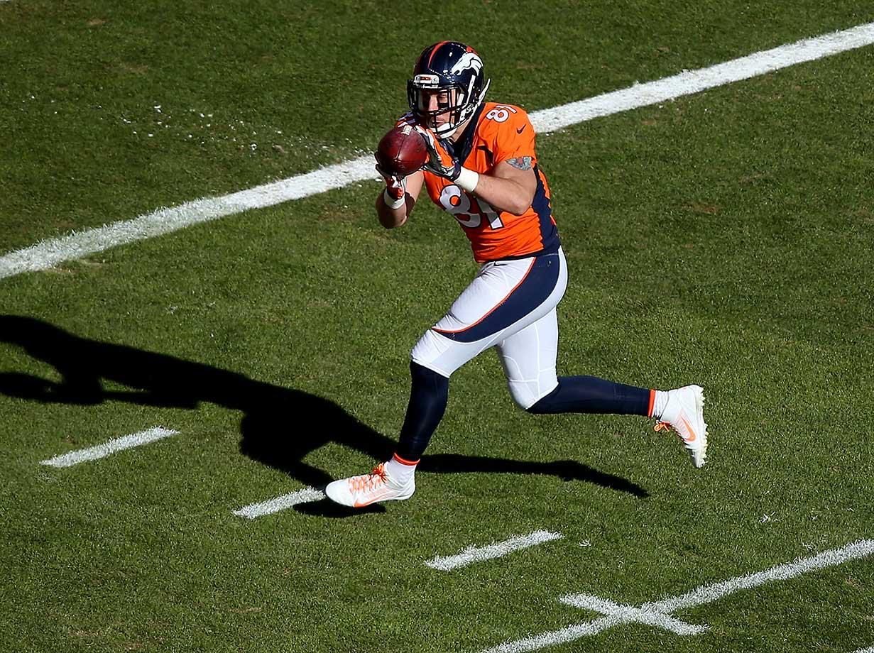 Owen Daniels scores a 21-yard first quarter touchdown.