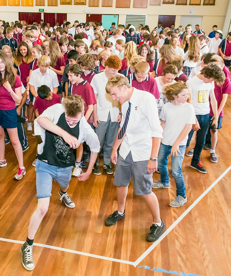 The most people head banging simultaneously is 320 and was achieved by students of Armidale High in Australia on Nov. 12, 2014. The song was 'It's a long way to the top' by Aussie rockers AC/DC.