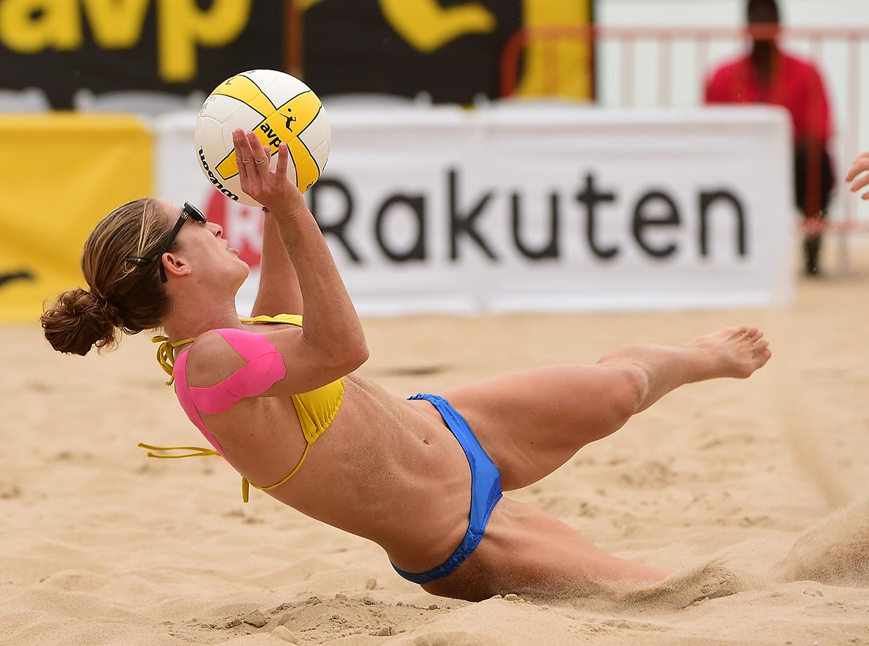 Kendra Van Zwieten reaches for a dig.
