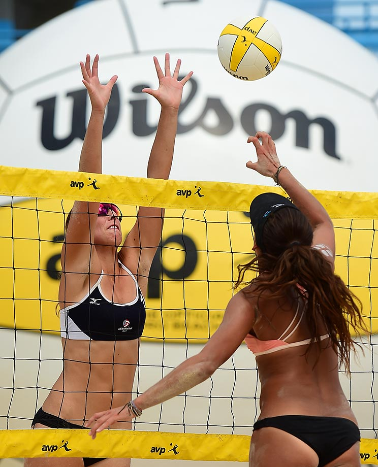 Geena Urango tries to slip a pokie past Kelley Larsen in the final.