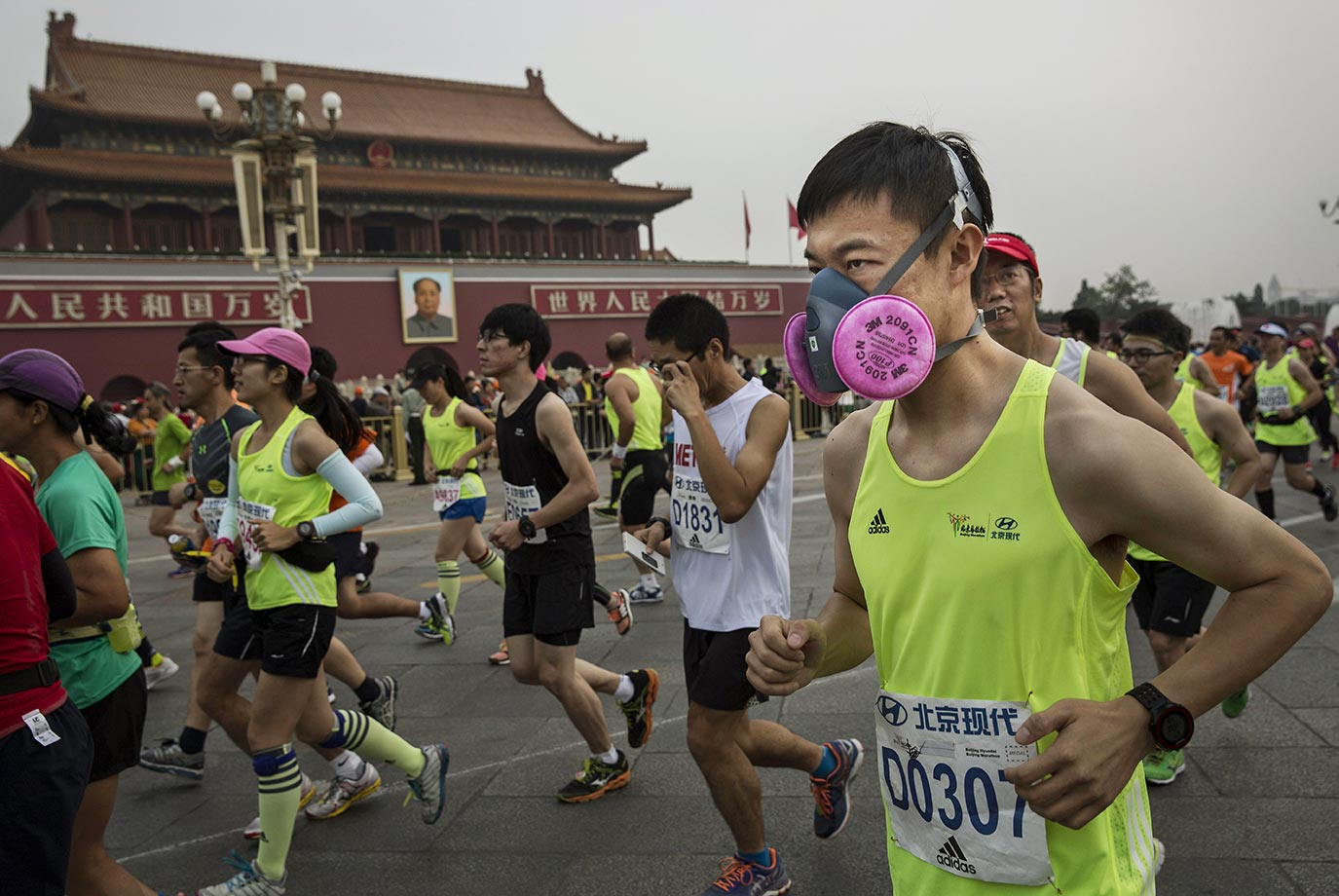 Participants wear masks to guard against pollution during the 2015 Beijing Marathon.