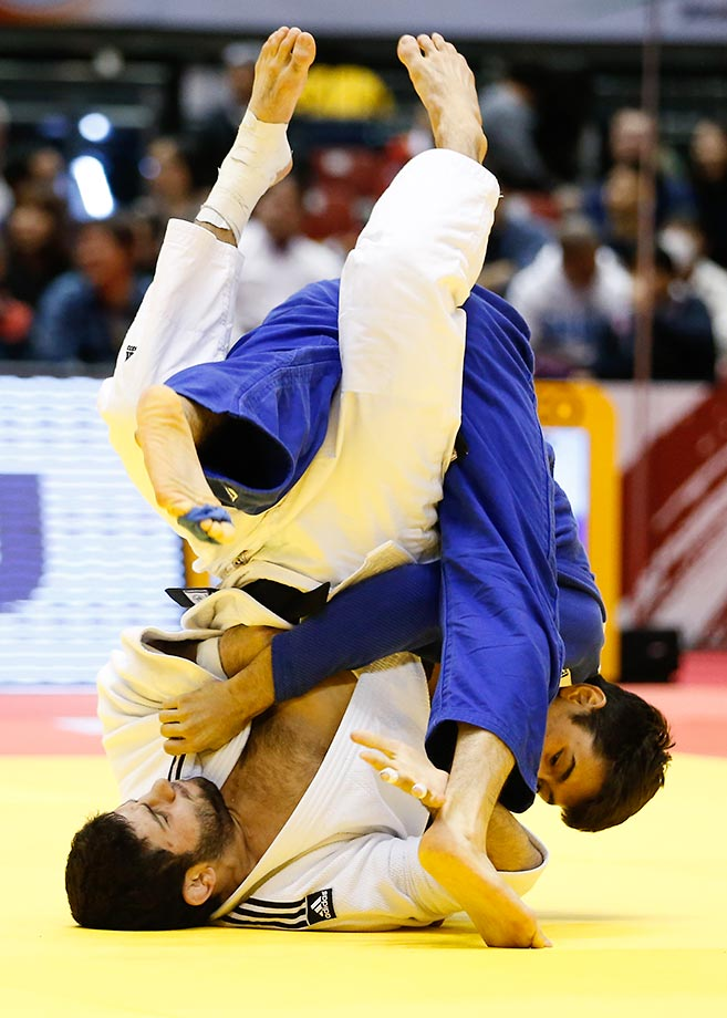 Avtandil Tchrikishvili (white) and Wang Ki-chun compete in the 81kg semifinals at Tokyo Metropolitan Gymnasium.
