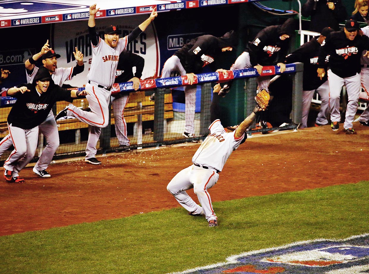 Giants third baseman Pablo Sandoval makes the catch for the final out of Game 7 of the World Series.