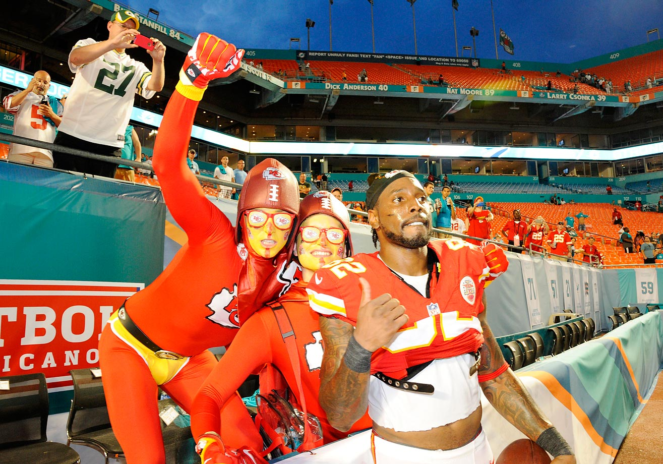 Kansas City Chiefs wide receiver Dwayne Bowe with fans.