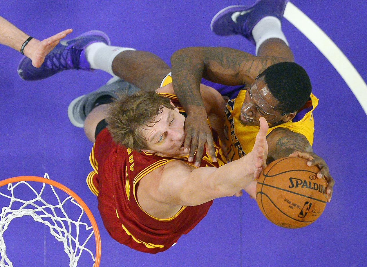 Los Angeles Lakers forward Ed Davis shoots as Cleveland Cavaliers' Timofey Mozgov defends.