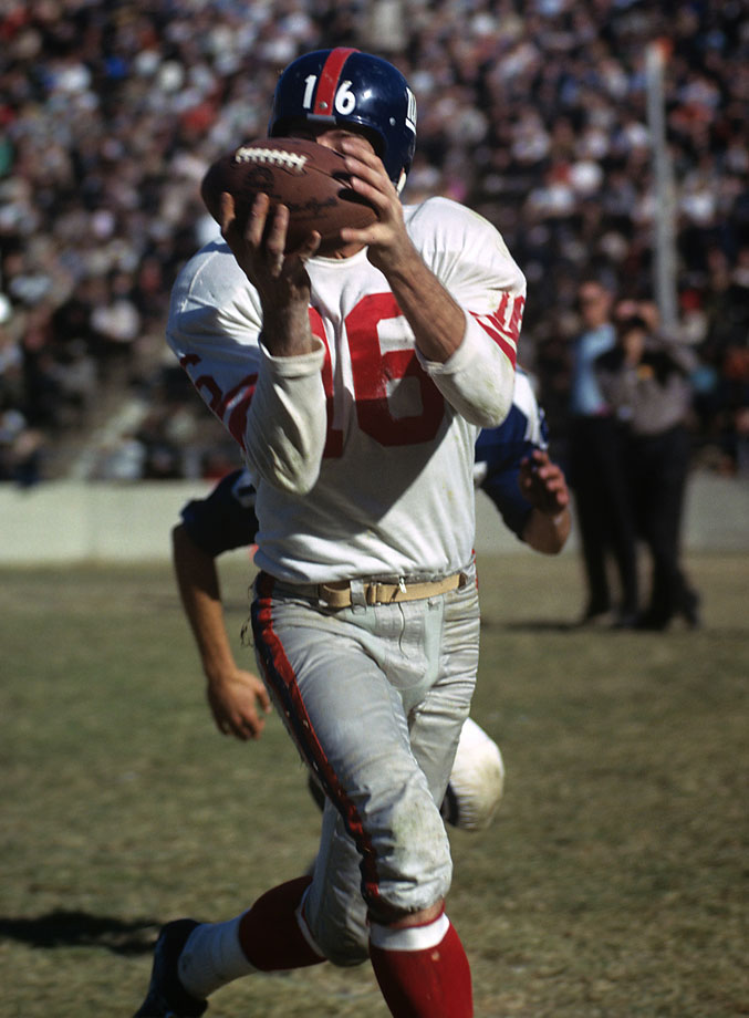 Gifford makes a catch against the Dallas Cowboys in 1962.