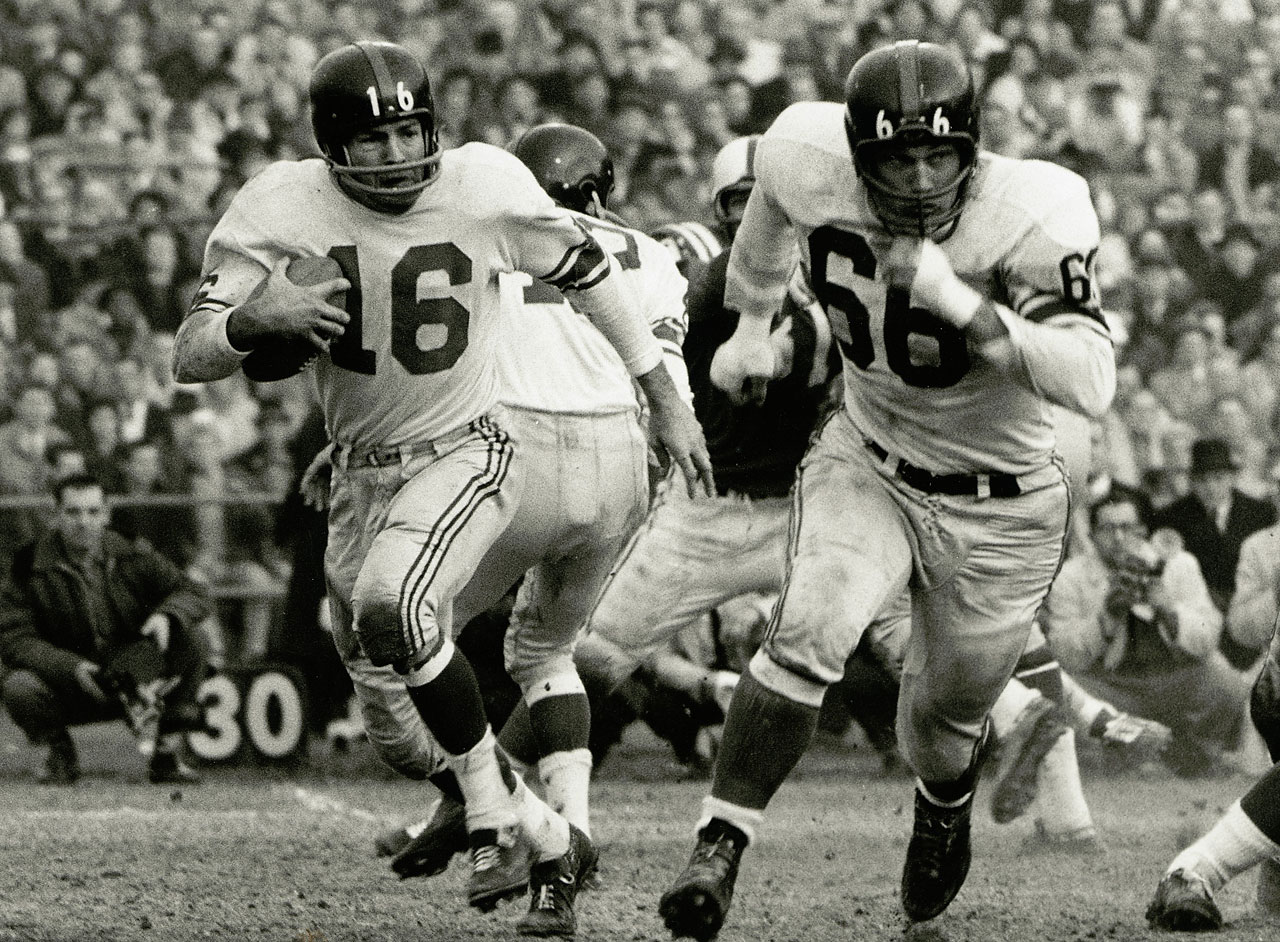 Gifford in action during the NFL Championship game against the Baltimore Colts at Memorial Stadium in 1959.