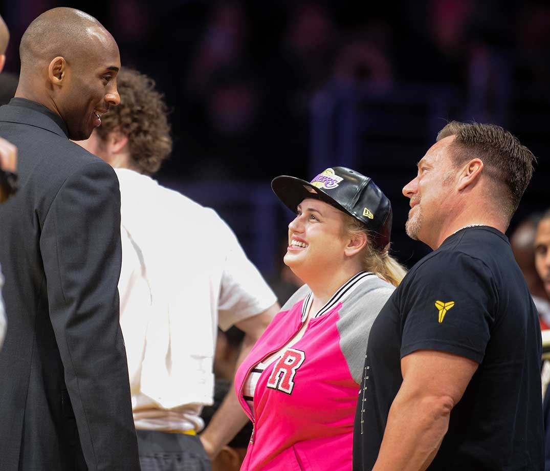 Rebel Wilson talks to Kobe Bryant during the Brooklyn Nets game at the Los Angeles Lakers.