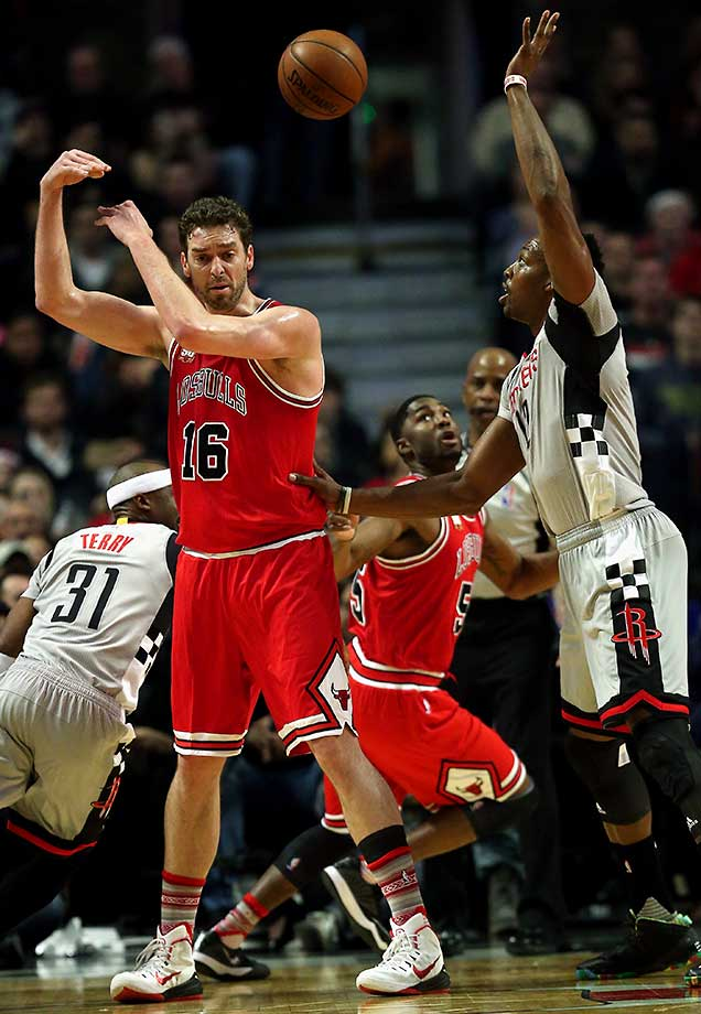 Pau Gasol makes a no look pass to E'Twaun Moore.