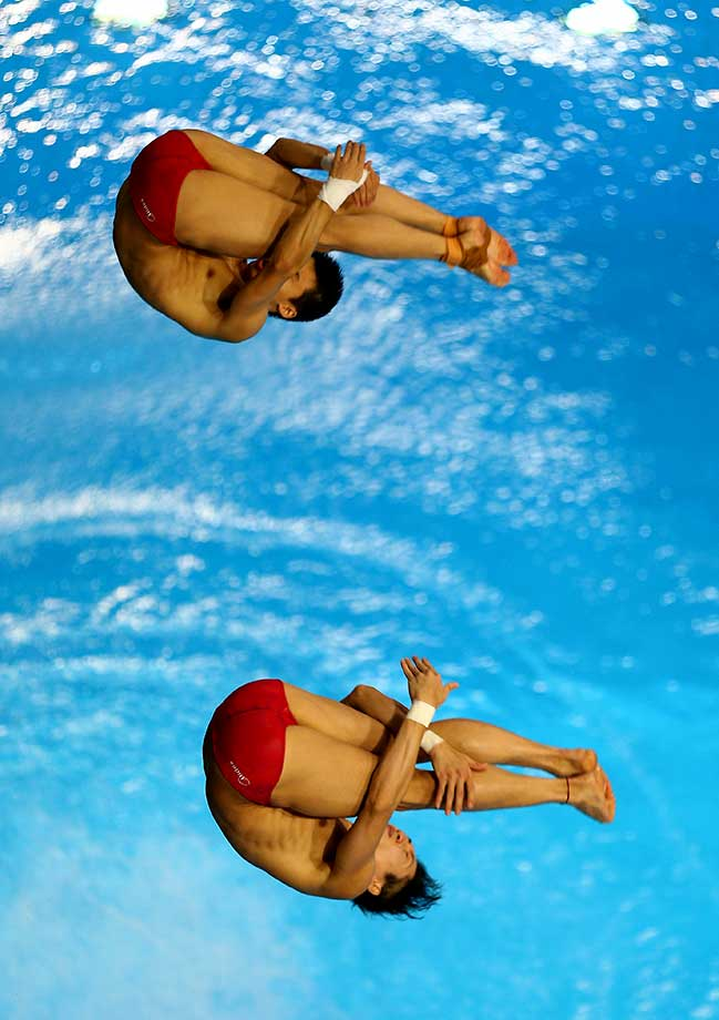 Aisen Chen and Yue Lin of China dives in the 10m Synchro Platform Final during day one of the FINA/NVC Diving World Series 2016.