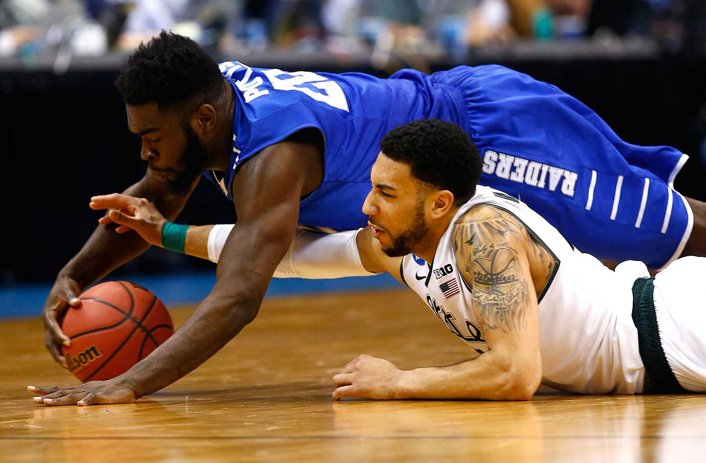 Giddy Potts of Middle Tennessee out-hustles Denzel Valentine of Michigan State.