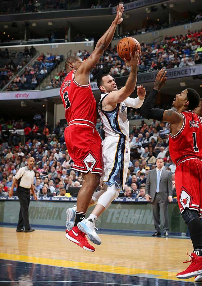 Jordan Farmar of Memphis shoots against the Chicago Bulls at FedExForum.
