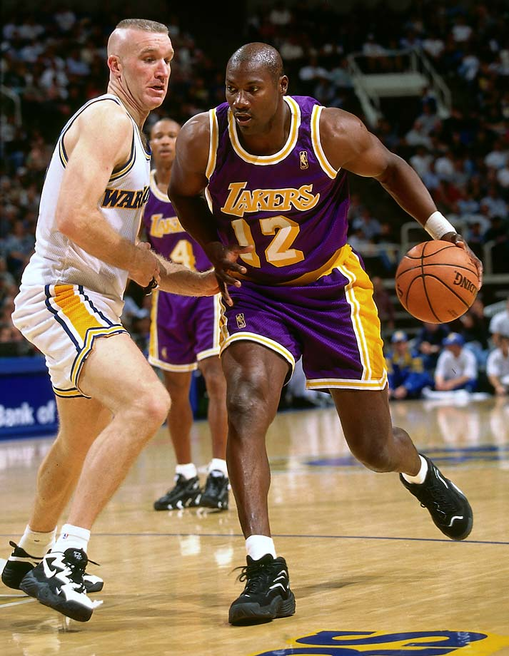 Jerome Kersey tries to get by Chris Mullin.