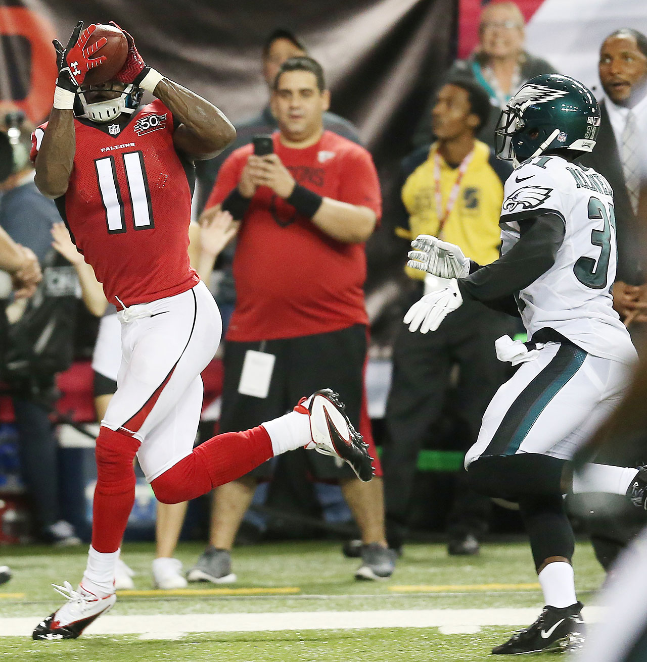 Atlanta Falcons wide receiver Julio Jones makes a touchdown catch against Philadelphia Eagles defensive back Byron Maxwell.