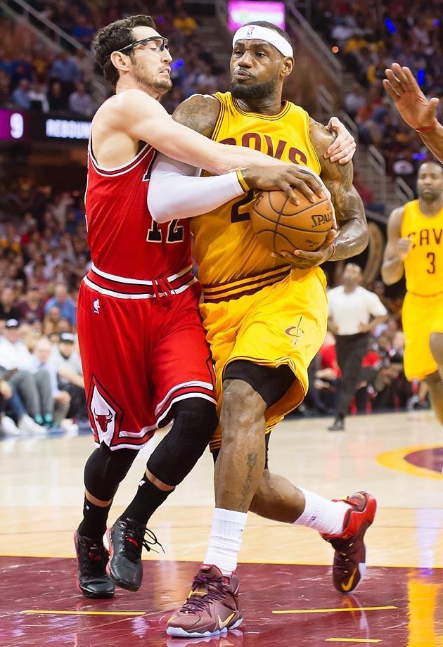 Bulls' Kirk Hinrich and Cavaliers' LeBron James.